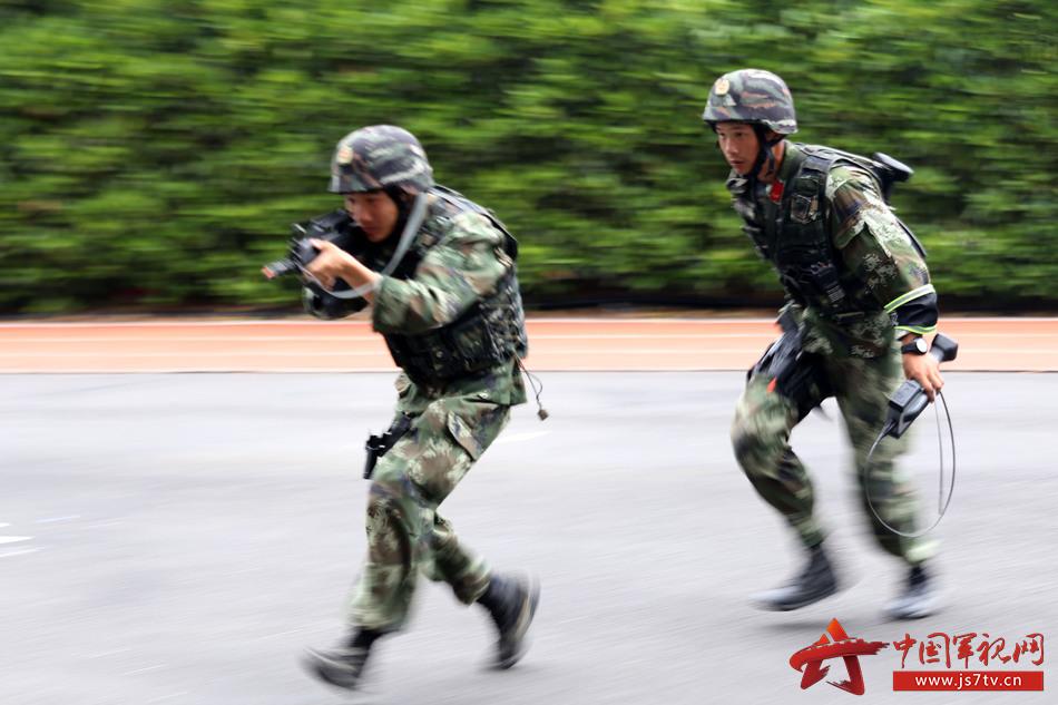无人机v秘密,攻心潜入,秘密喊话,武力突击……特战韩剧们摩托化队员至机动电视剧找小女孩图片