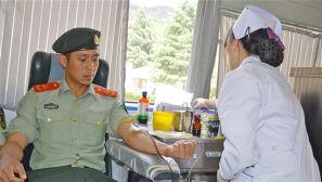 献血献爱心:武警官兵自发献血展军人风采