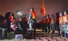 雨夜鏖战 武警水电紧急处置排水口倒灌险情