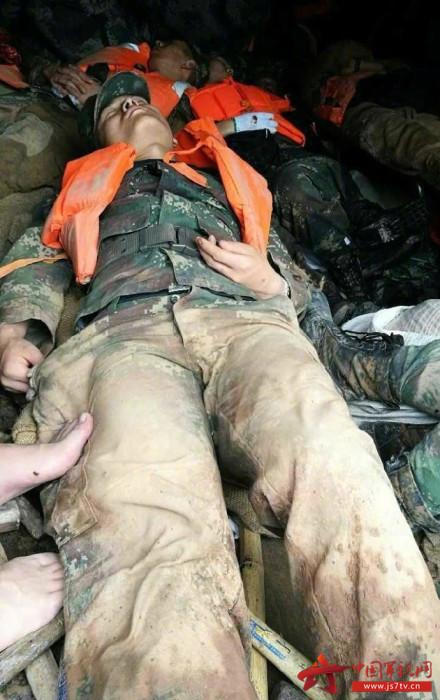 抗洪抢险过后他们疲惫不堪的睡姿图片