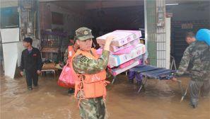 因强降雨受灾严重 武警官兵紧急救援转移人员物资