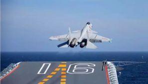 海军航母编队跨区训练 歼-15连续滑跃起飞