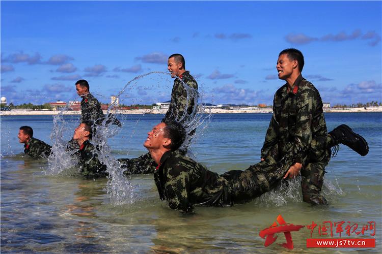 2012年7月,海南省三沙市挂牌成立。2013年8月,武警海南省总队驻三沙市执勤点官兵登岛执勤,开辟了武警部队驻地新的南极。在环境艰苦、资源稀缺的永兴岛上,驻岛官兵就像一棵棵扎根永兴的抗风桐,用自己的身躯守护的三沙的安宁。   6月28日5时30分,整个永兴岛还沉浸在睡梦中,不等闹钟响起,士官缪广凯已经起床,开始叠被、洗漱、整理礼兵服。作为护旗手的他,把升旗任务看的无比重要。   6时30分,三名护旗手护卫着国旗,走到市政府前的广场上,看着岛上群众和驻岛兄弟部队投来的目光,缪广凯心中满是光荣与骄傲。