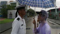 军营开放突降雨,香港市民自发为官兵撑伞