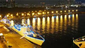 """夜幕下的香港:""""辽宁""""舰航母编队悬挂满灯"""