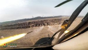 气温超40℃ 大漠深处有战鹰出没