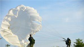 天降伞兵 东部战区伞降实跳训练