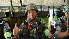 六国定点跳伞 唯一正落靶心的是咱中国空降兵
