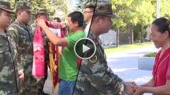 甘肃平凉:村民被毒蜂蛰伤 武警救人不留名