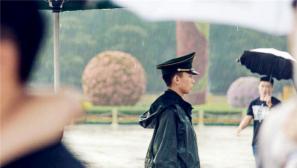 武警北京市总队:风雨中如钉子般镶嵌在天安门广场