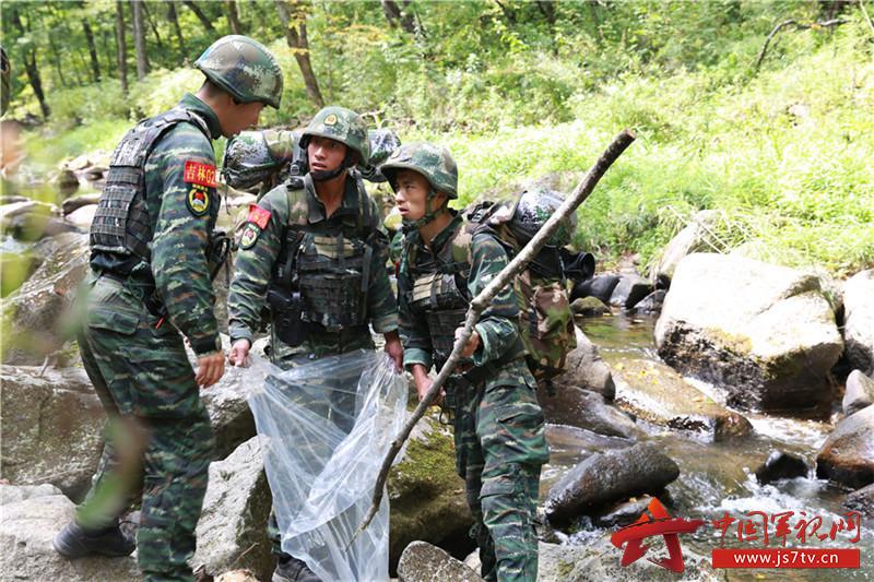 特战队员教你野外生存如何获取纯净水 - 中国军视网