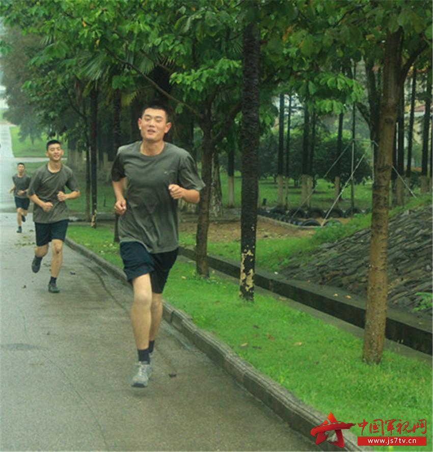 跑步贵在坚持,新兵初入营要刻苦训练,迎着朝阳奔跑,随着落日飞奔,伴图片