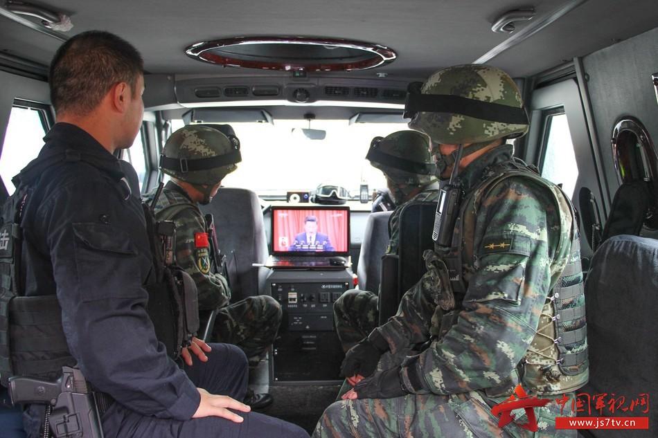 担负联勤巡逻人员组织观看大会盛况