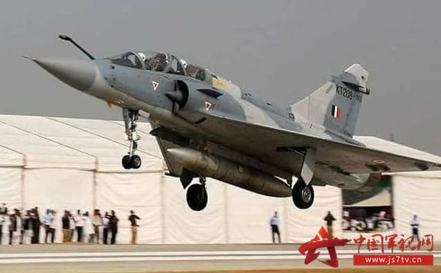印度空军幻影2000演练公路起降