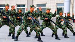 看,00后新兵已经在军营开练啦