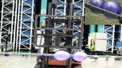 【精武好身手】叉車又出新玩法 叉車扎氣球