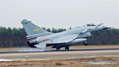 """南部战区空军某场站:复杂条件下""""护鹰""""飞天"""