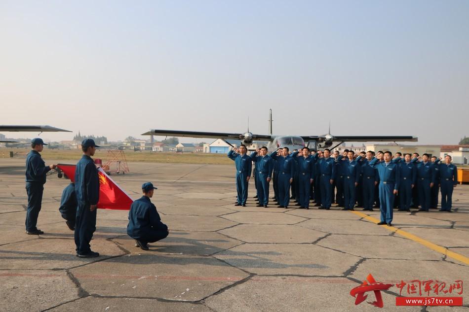 空军空降兵某部举行纪念空军建军节活动图片