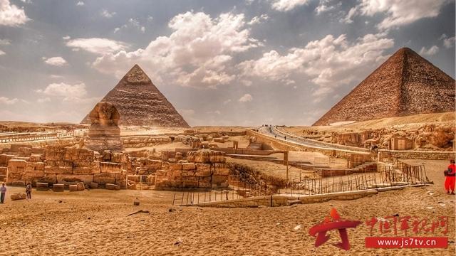 后来有人推测,古埃及人在建造金字塔的上层时是把混凝土灌入高处的