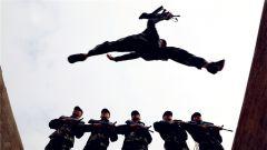 百米携枪障碍训练砥砺官兵血性