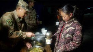 西藏军区某边防团为林芝震中群众提供热食保障
