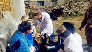西藏军区林芝军分区正在慰问受灾群众