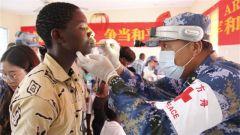 和平方舟官兵为坦桑尼亚孤儿送健康送祝福