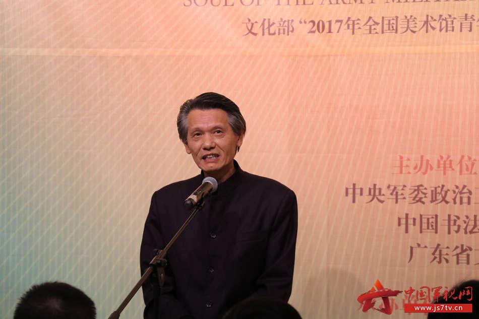 2 中国书法家协会副主席、火箭军政治工作部文艺创作室副主任 刘洪彪介绍展览情况