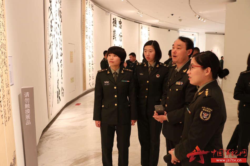 驻深部队官兵观看展览 (1)