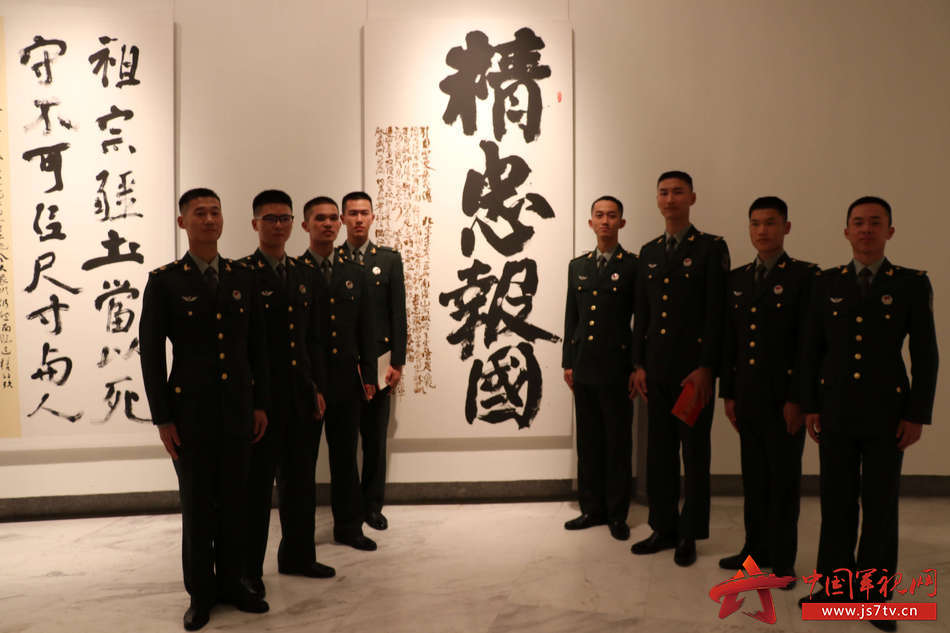 驻深部队官兵观看展览 (2)