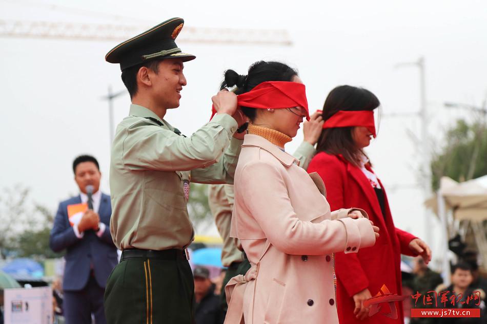 12、武警官兵与女嘉宾进行游戏互动