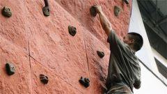攀岩赛起来,军校学员这样磨砺血性虎气
