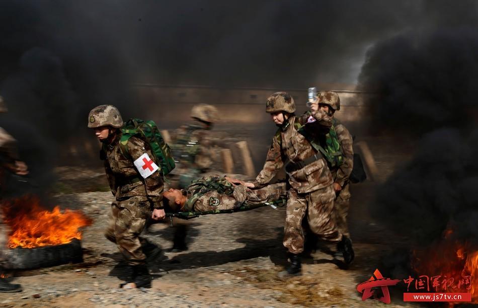 图为沙玛丽在进行战场救护《王祥林摄影》
