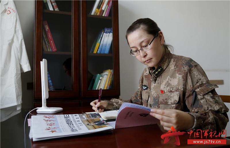 图为沙玛丽在学习十九大报告(王祥林摄影)