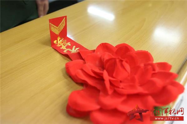 佩戴上火红的光荣退伍大红花.