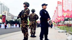 武警·广西:武警官兵全力护航南宁国际马拉松比赛