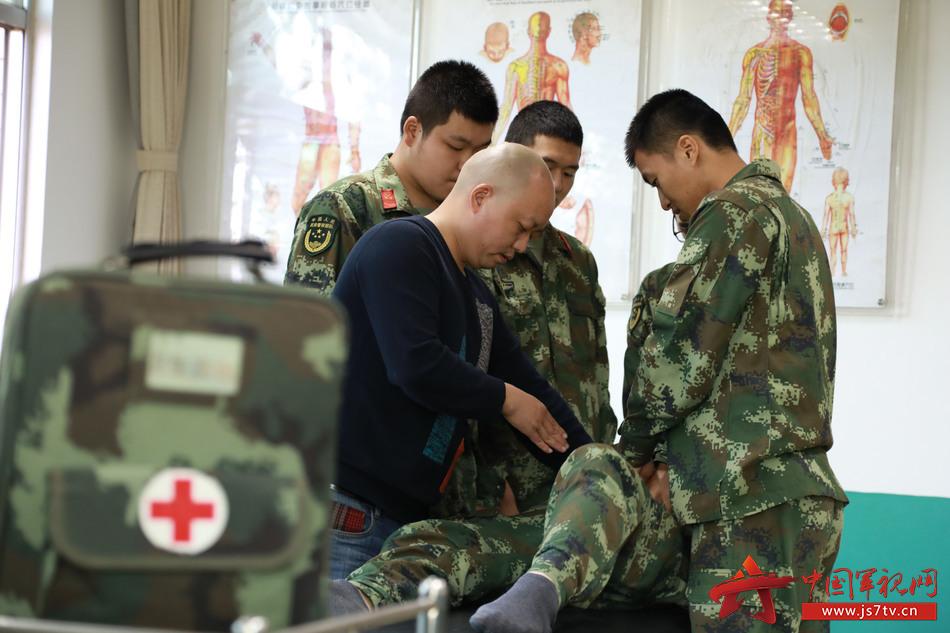 2医师为官兵们讲解伤病发生的根本原因,并运用中医推拿疗法对官兵们进行前期康复治疗