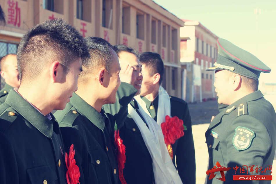3、兵站领导为老兵献上哈达