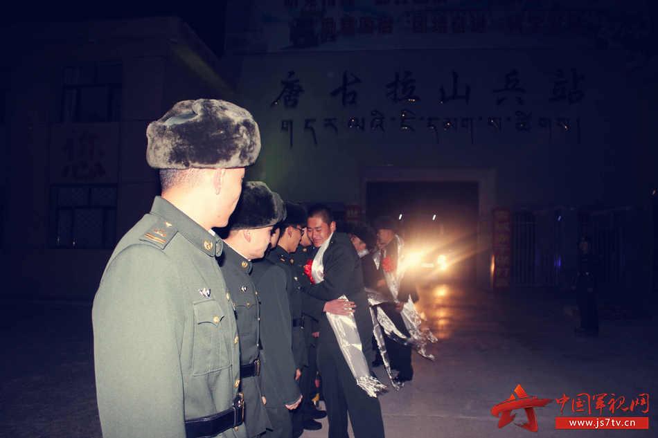 5、留队官兵送老兵离开兵站