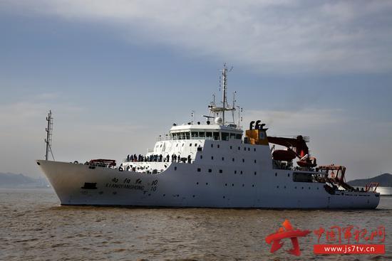 """""""向阳红10""""科考船载着科考队员从浙江舟山起航,拉开中国大洋49航次科考序幕。"""
