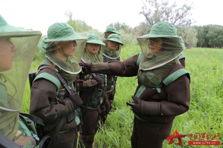 赵彤言研究员在执勤地点为官兵讲解新型防蚊服使用注意事项