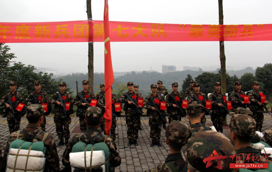 图为12月6日,武警重庆总队新兵团组织野外综合拉练,新兵团七大队组织评选最美新兵活动,提振新兵精气神。 (王维摄)