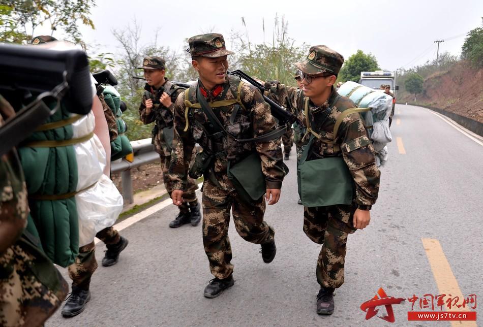 图为12月7日,武警重庆总队新兵团组织野外综合拉练,官兵互相鼓励,共同完成挑战。 (2) (石路摄)