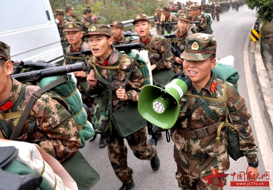图为12月7日,武警重庆总队新兵团组织野外综合拉练,官兵互相鼓励,共同完成挑战。 (石路摄)