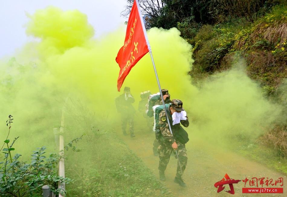 图为12月7日,武警重庆总队新兵团组织野外综合拉练,新战士正在穿越染毒地带 。 (2)