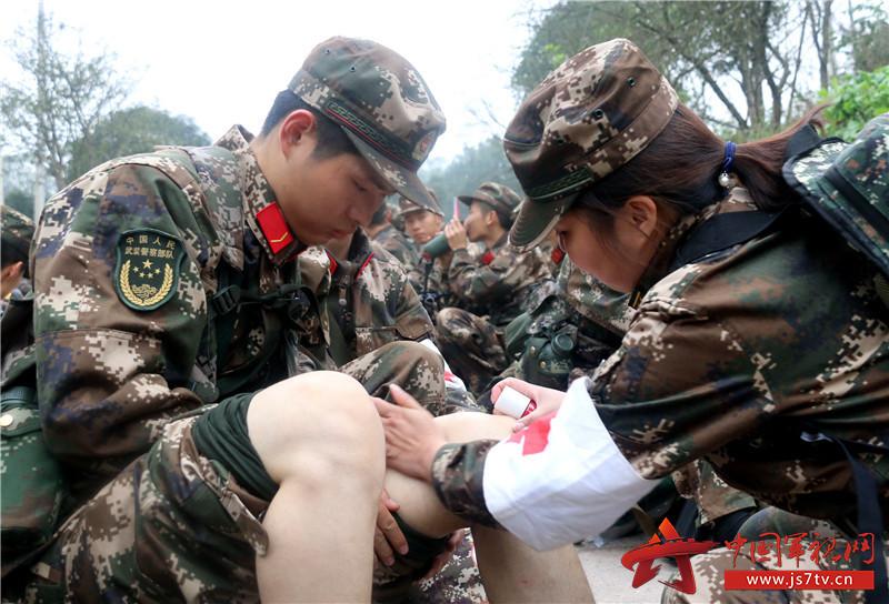 图为12月7日,武警重庆总队新兵团组织野外综合拉练,卫生员全程伴随保障,确保安全。 (王维摄)