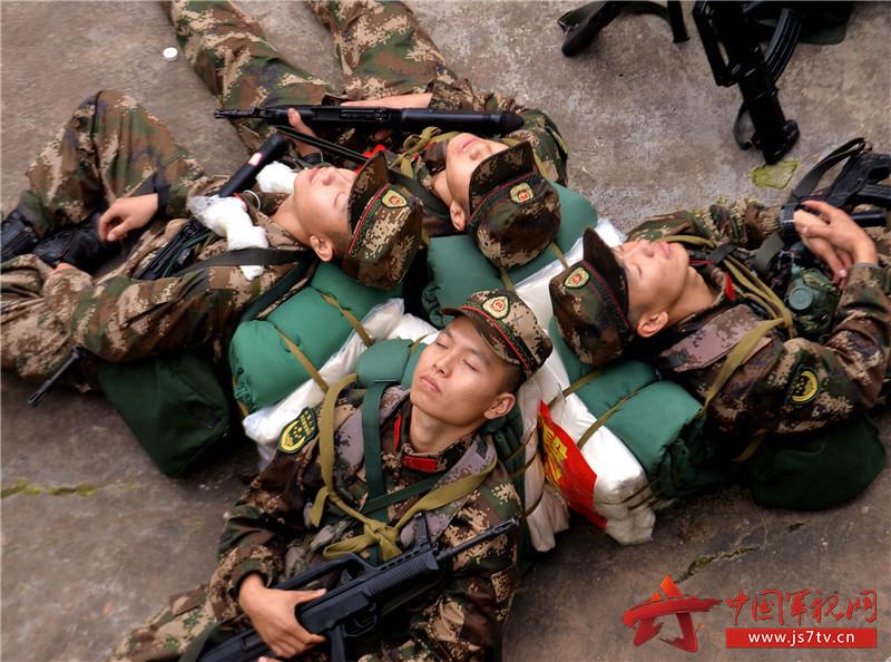 图为12月7日,武警重庆总队新兵团组织野外综合拉练,新战士们背靠着背进行短暂的午休 。 (石路摄) (1)