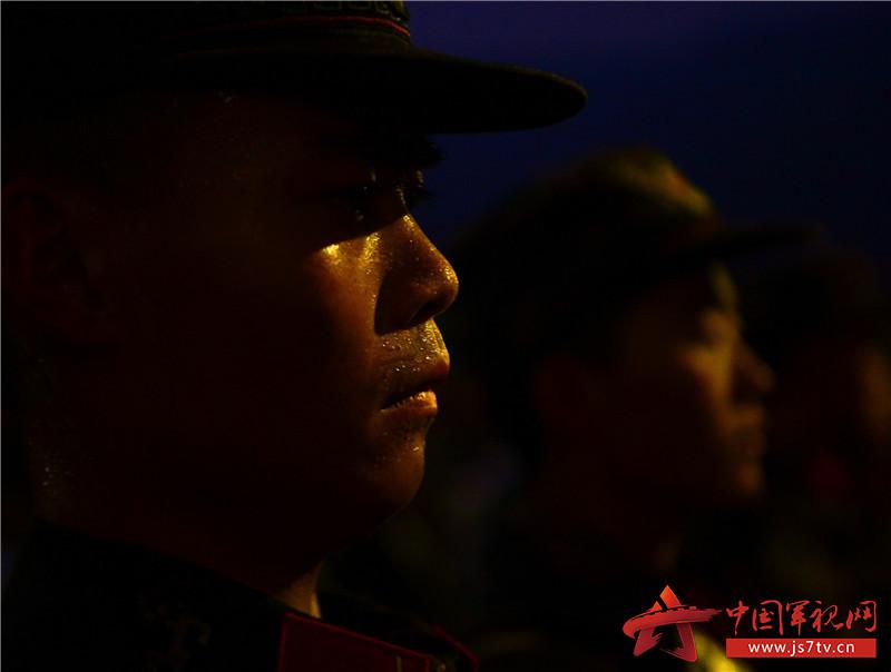 图为12月7日,武警重庆总队新兵团组织野外综合拉练,当天的行军结束后,新兵满头大汗。 (石路摄)