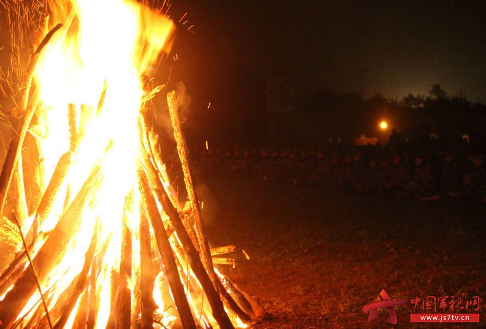 图为12月7日,武警重庆总队新兵团组织野外综合拉练,新兵团七大队精心组织篝火晚会 。 (王维摄)