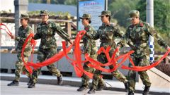 新兵野营拉练首天 迷彩绿中一抹红